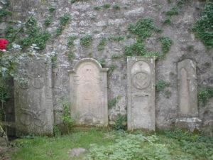 Grabmale aus der alten Kirche beim Schloss Fürfeld